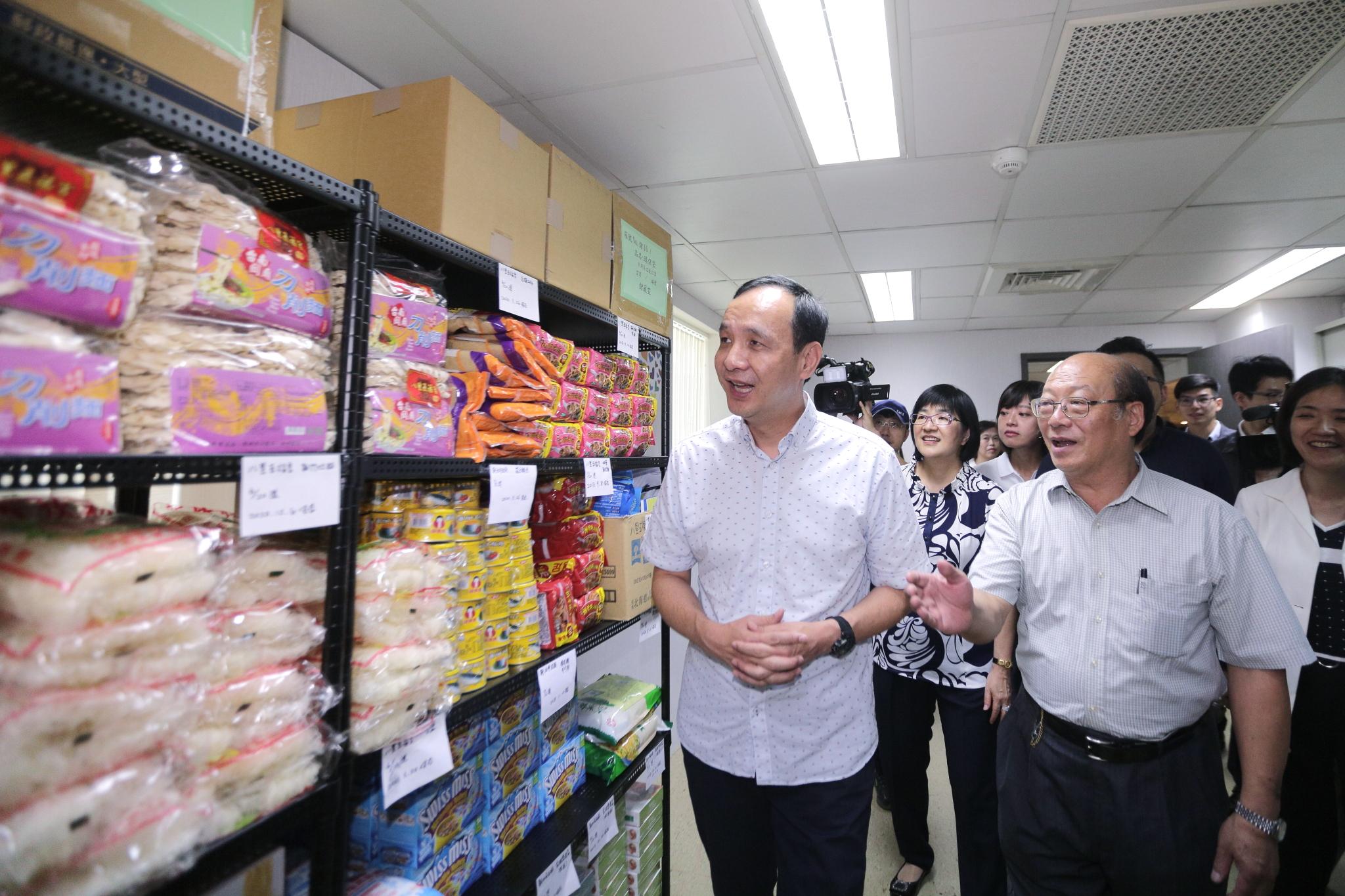 朱市長與新北法扶分會會長李茂生教授一同參觀食物銀行物資