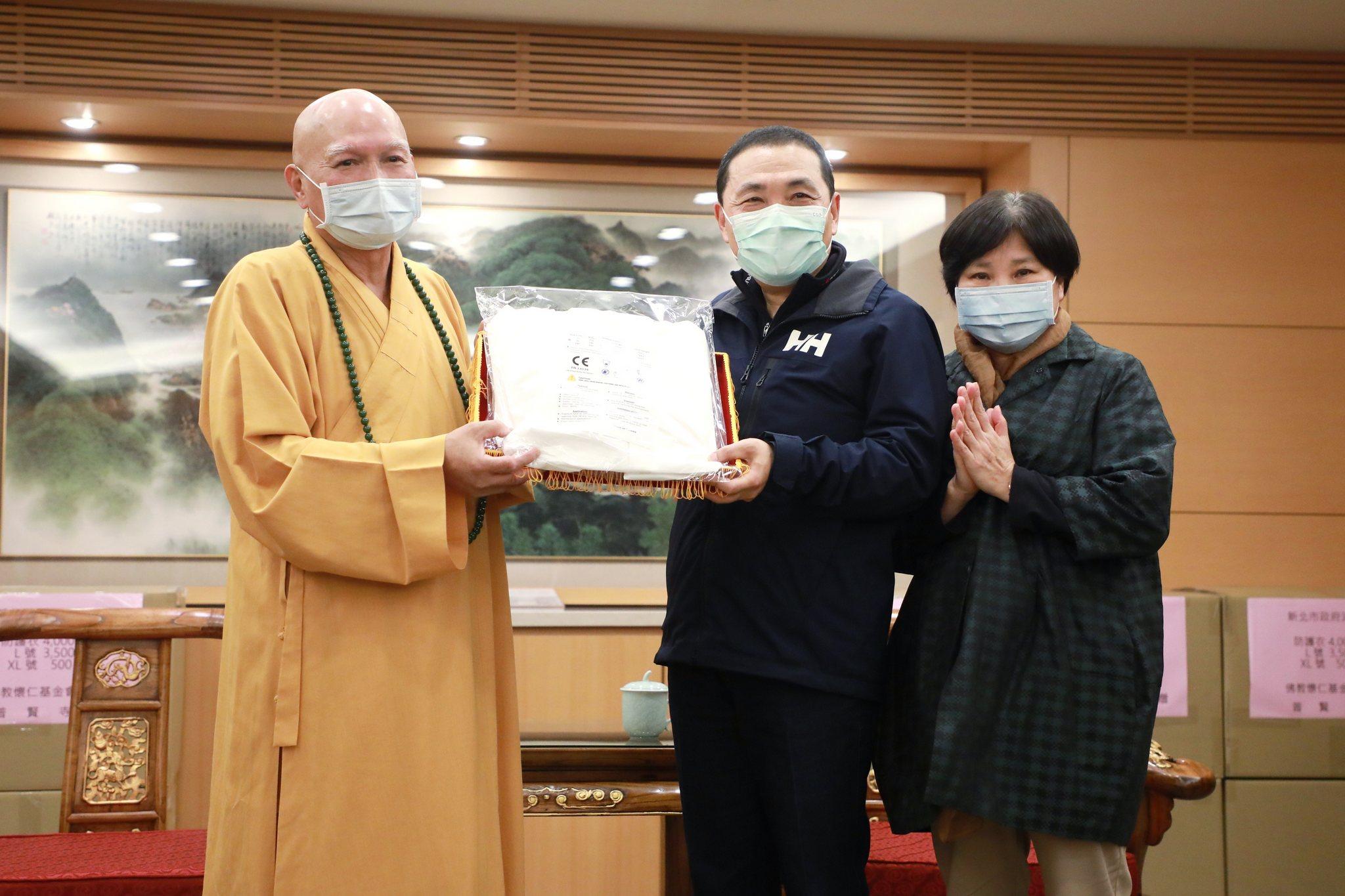 三峽普賢寺捐贈8千件全身式防護衣由侯友宜市長代表受贈