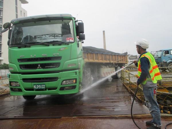 轄內工地車輛進出均依規定清洗輪胎,減少車輛行駛時產生之揚塵