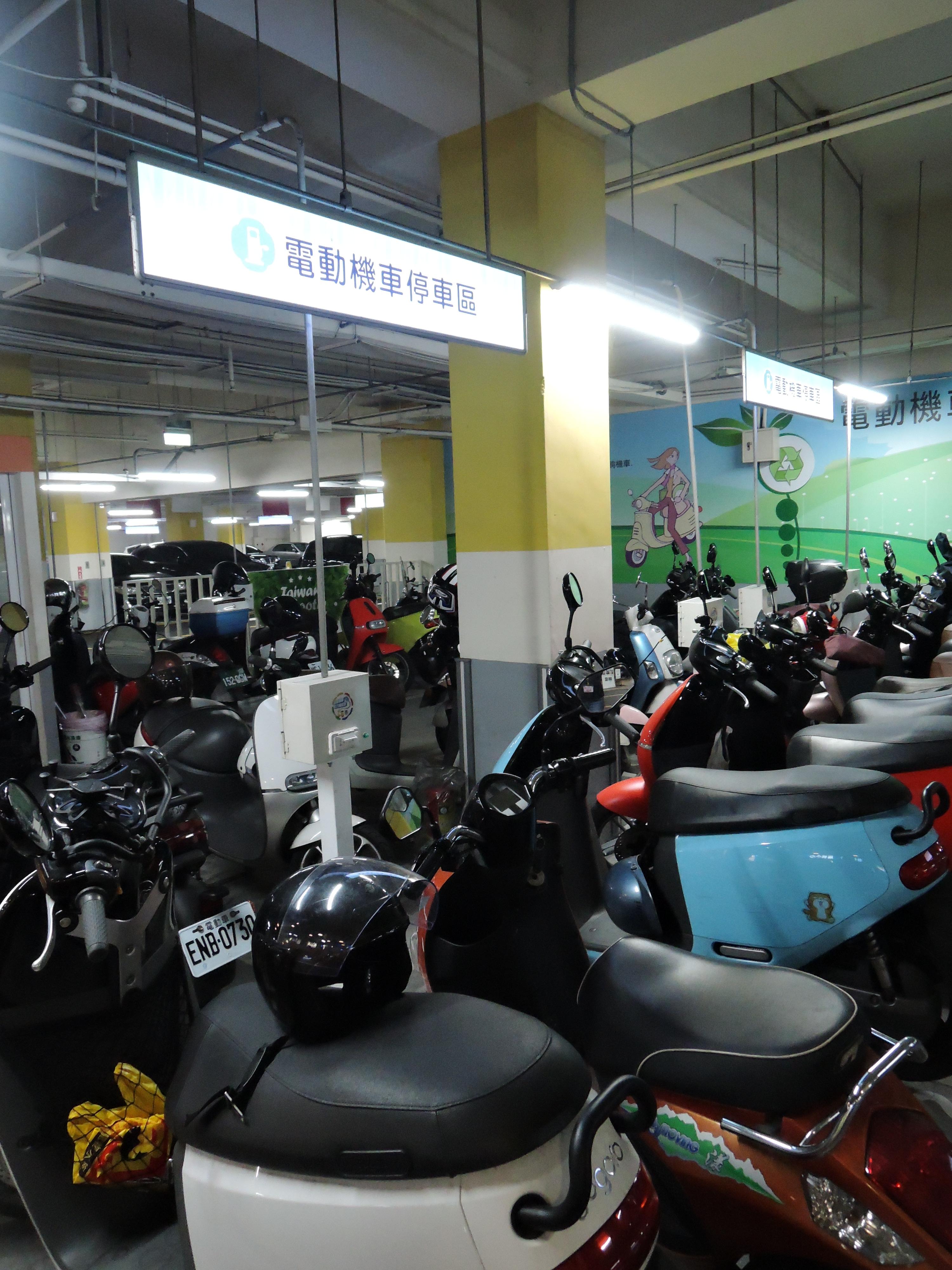 新北市停車場和路邊停車位設有電動機車停車格,有八成滿載使用率。