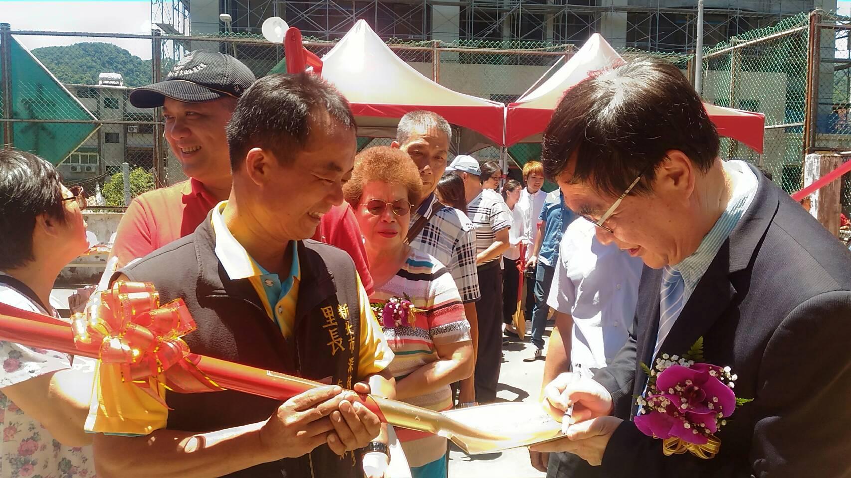 民眾排隊等李副市長(簽名者)在金鏟子上簽名-