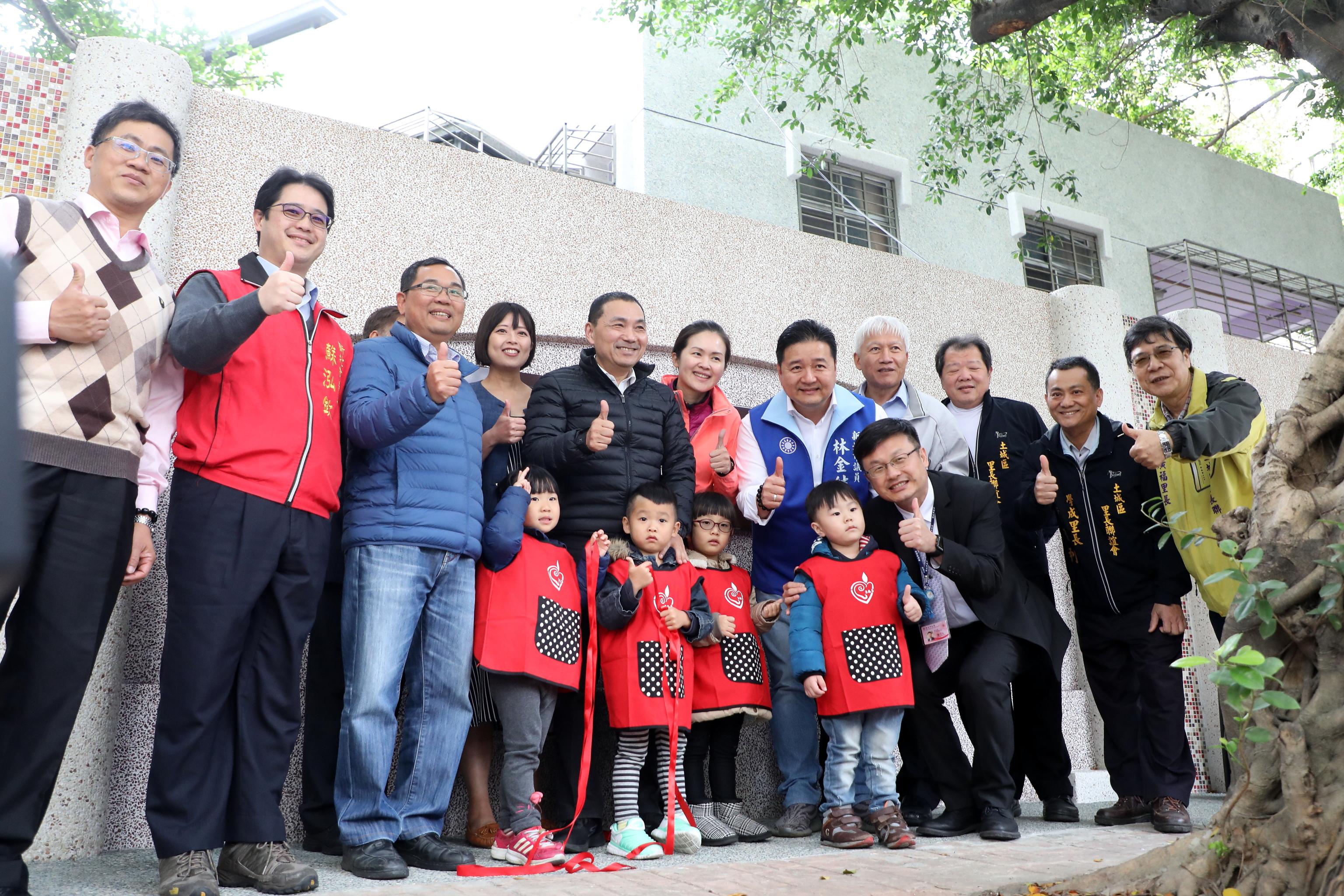 新北市中正非營利幼兒園開學儀式,侯友宜市長到場揭牌祝賀。