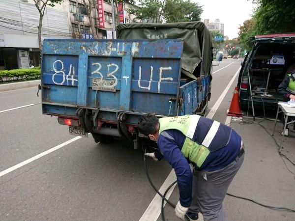 環保局執行柴油車粒狀污染物濃度檢測作業