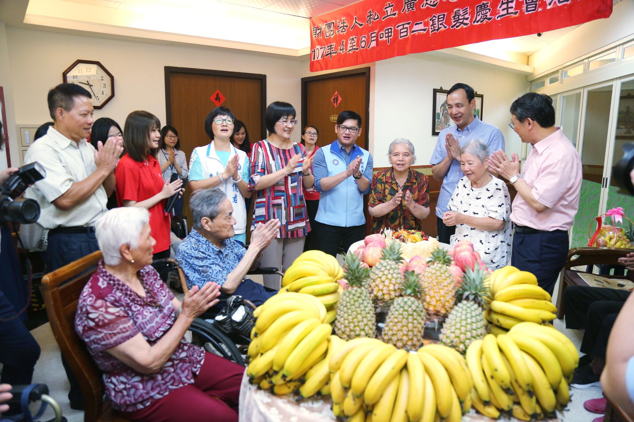 朱市長端午節慰問老人養護中心,致贈水果、加菜金並與長者一同慶生