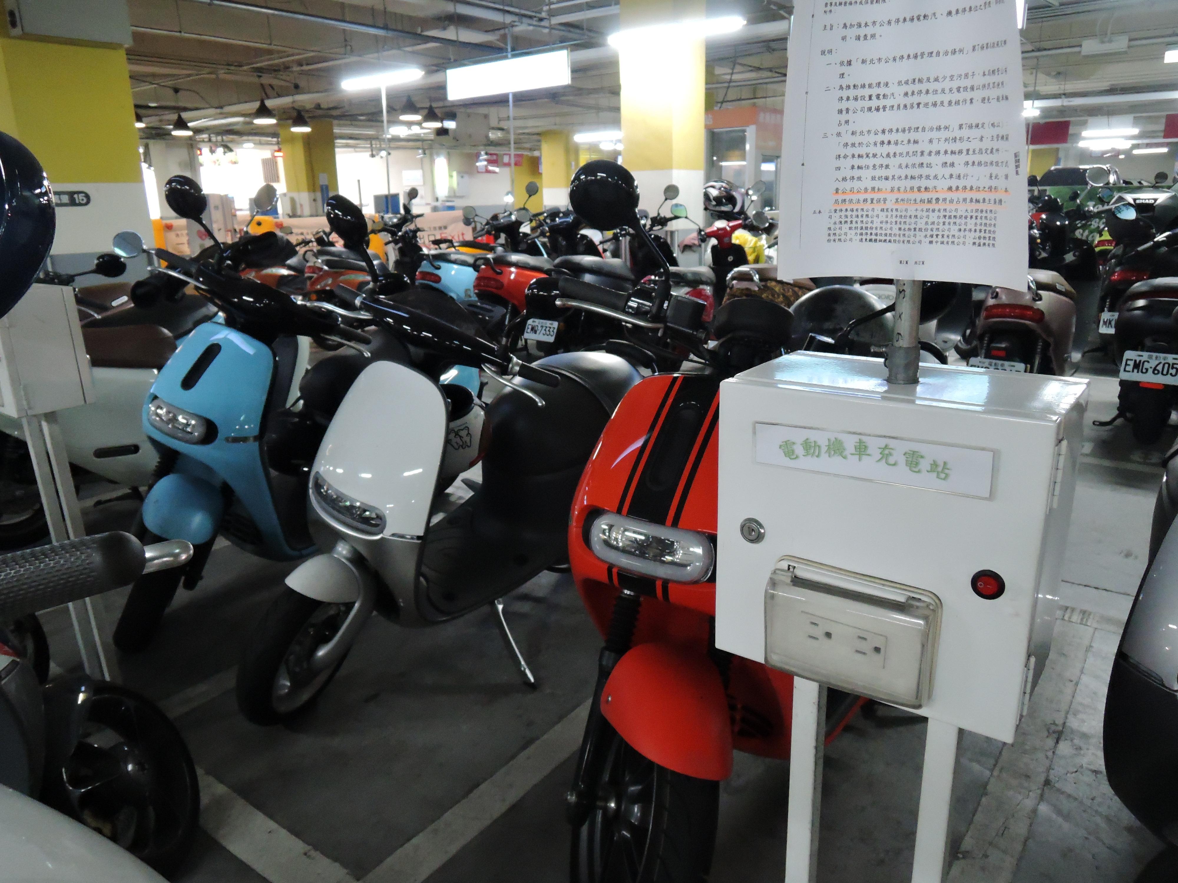 新北市停車場內的電動機車停車區設有充電座。