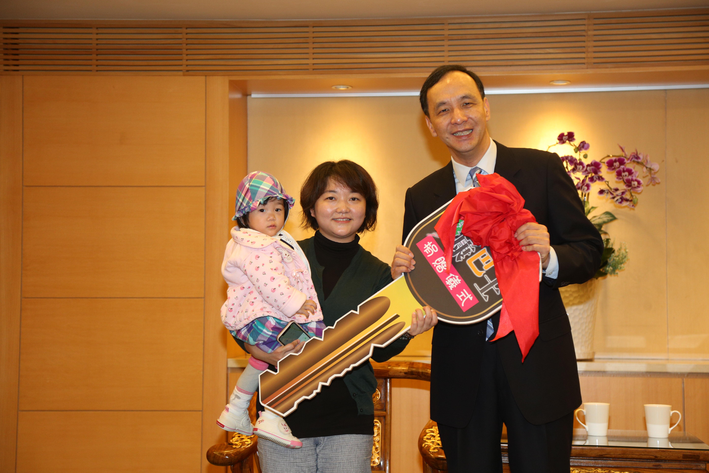 蘇秀姍抱著女兒黃聖晴一起捐贈